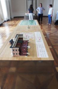 Maquette tactile accessible Château de Ferney-Voltaire, vue de l'intérieur et légende, plus plan du domaine.