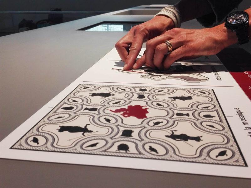 Dispositif tactile accessible de la Mosaïque de Pentée, Musée de la Romanité de Nîmes. Avec détail de l'emblema.