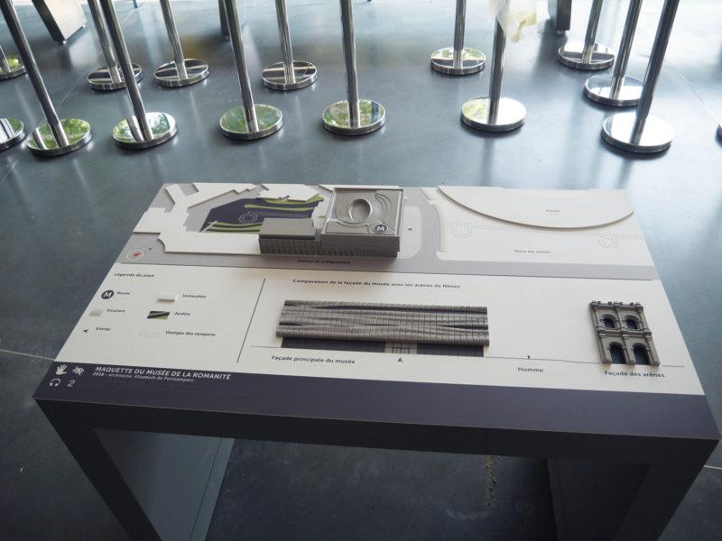 Station tactile accessible avec maquette du Musée de la Romanité. un zoom sur la façade orientée vers les arènes permet de bien identifier le niveau de détails, et l'échelle.